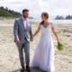 das brautpaar johanna und tillman spazieren am strand